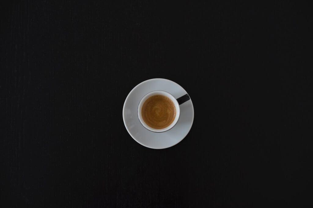 En kopp krämig espresso