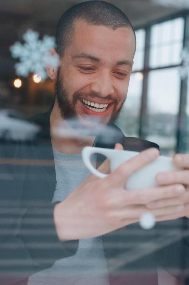 leende man med vita tänder